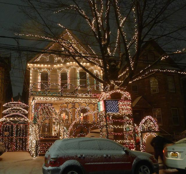 クリスマスの夜を輝かせる、ニューヨーク住宅街のイルミネーション