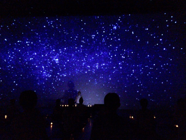 真っ暗なスタジオで体験する究極のリラックス!最高の眠りへと導く「暗闇ヨガ」