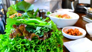 15種類の野菜で包んで食べるヘルシー焼肉!行列しても食べたい新大久保の「くるむ」