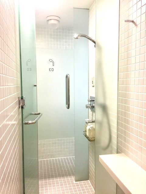 まるで宇宙船!?近未来的なカプセルホテル「ナインアワーズ京都」に泊まってみた