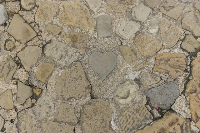 揺るがぬ愛を求めるあなたに。石・岩のハートのパワースポット7選