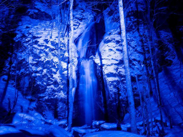 冬しか見られない幻想的な氷瀑のライトアップ【奥入瀬渓流氷瀑ツアー】