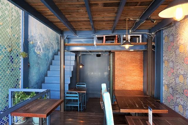 ブルーのラテに一目惚れ、バンコクのレトロカフェ「ブルーホエールマハラート」