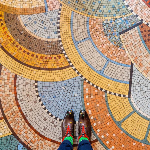パリ観光は下向きに?素敵な床を撮り続けるフォトグラファー