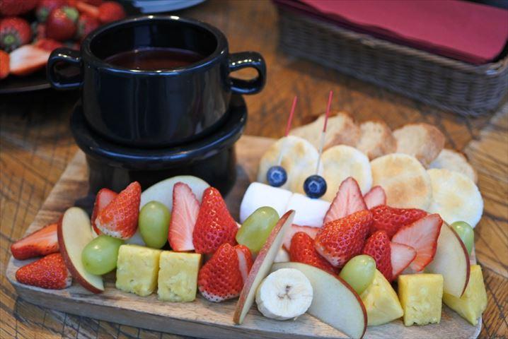 成城石井のワインバーでコスパ抜群のチョコレートフォンデュ食べ放題!いちごのみのお代わりも