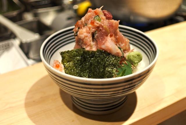 行列のできる海鮮丼専門店「つじ半」の絶品『ぜいたく丼』が安すぎる【六本木アークヒルズリニューアル】