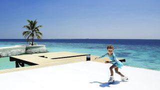 南国の海を眺めながらアイススケート!モルディブ5つ星リゾートにリンク誕生