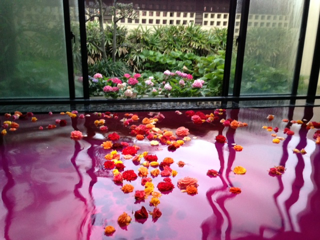 【沖縄離島の琉球温泉】沖縄ブルーの海とひとつになる絶景露天風呂