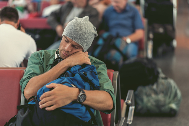 今夜は空港泊になりそう?空港で一夜を過ごす時に気をつけたい10のポイント