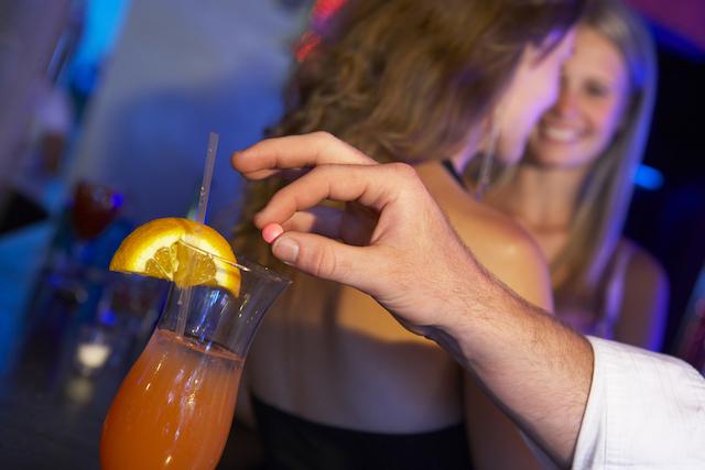 【女子旅ナイト】そのドリンク、本当に安全?Barでの危険回避術5ヶ条