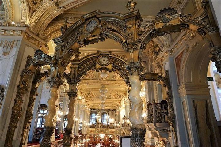 世界一豪華なカフェ、ブダペストの「ニューヨークカフェ」がまるで別世界