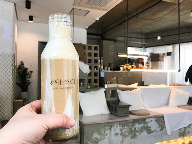 いま、カフェ好きに話題になっている弘大のカフェ「公私」のマシュマロラテ