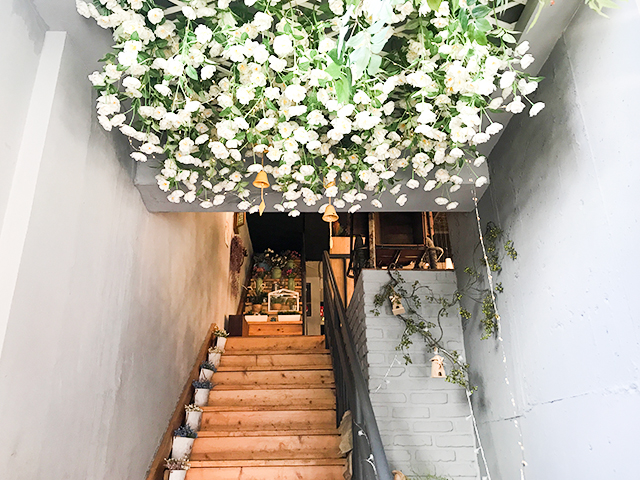 """花々であふれるフォトジェニックな人気カフェ。弘大「24""""7 ..."""