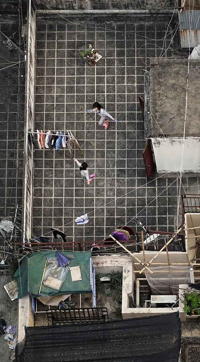 地上からは見えない、香港住民の高層ビル屋上での日常生活