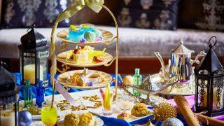 魔法のランプモチーフや鮮やかなブルーのスイーツが並ぶ、アラビアンナイト アフタヌーンティー