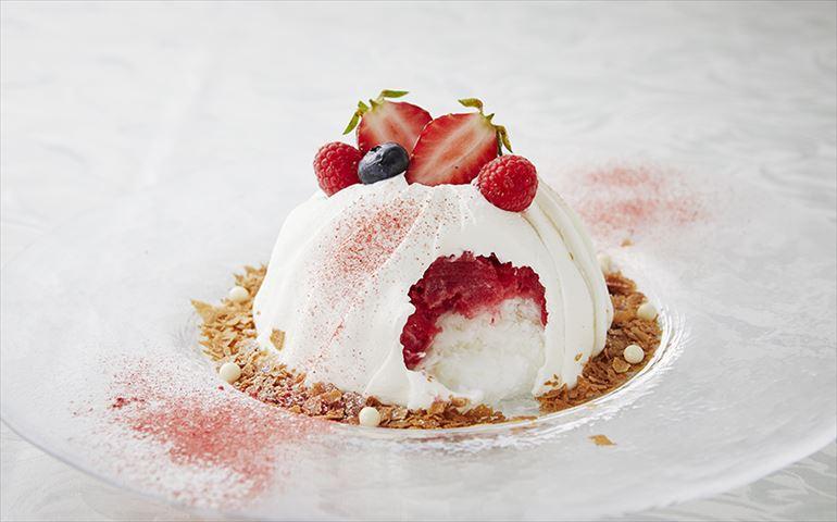 かき氷が生クリームで包まれる!?新感覚スイーツ「スノードームケーキ」が登場