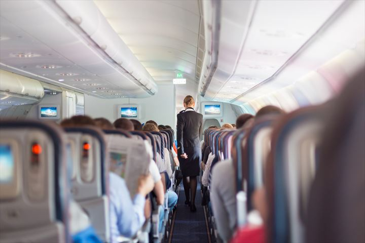【飛行機旅に見る日本人の国民性】機内で靴を脱がないとくつろげない日本人