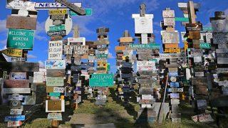 オーロラベルトのカナダのユーコンに今も増え続ける「標識の森」