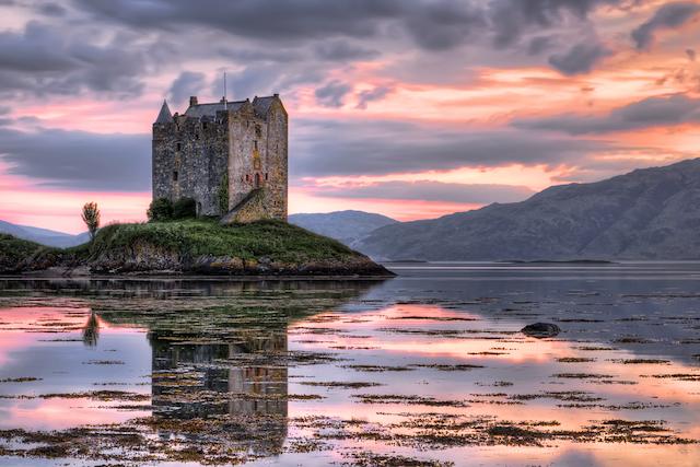 メルヘン?それともオカルト?海に浮かぶスコットランド「ストーカー城」