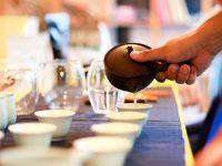 世界中から集まる100種類ものお茶から、お気に入りを見つけたい。