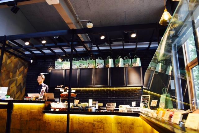 夏も冬も楽しい!【星野リゾート トマム】ウッドデッキに9店舗が集うホタルストリート
