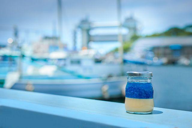 ブルーのジュレは、懐かしのラムネ味。プリン専門店「沼津深海プリン工房」がオープン!