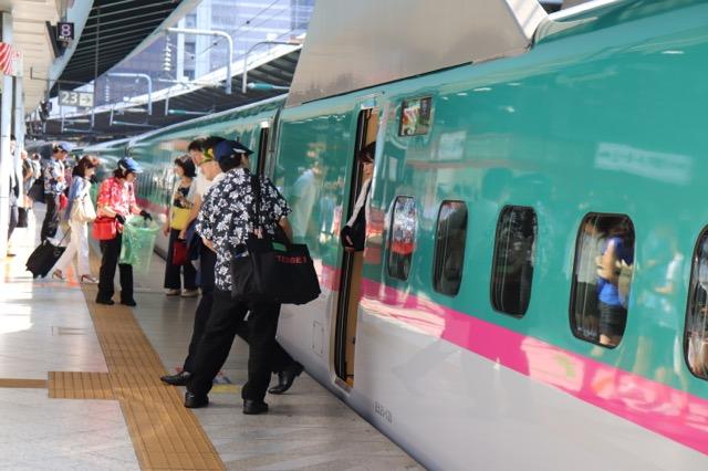 世界が注目する新幹線清掃、日本らしい丁寧&迅速なサービスに心打たれる
