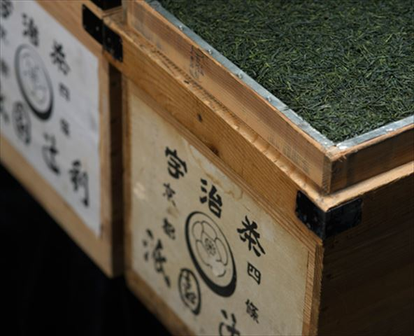 京都の夏の風物詩、大文字五山送り火がパッケージに。祇園辻利の「五山送り火セット」