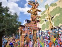 訪れる人に幸せのおすそ分け Love&Peaceが詰まったストリートアートの家「ランディランド」