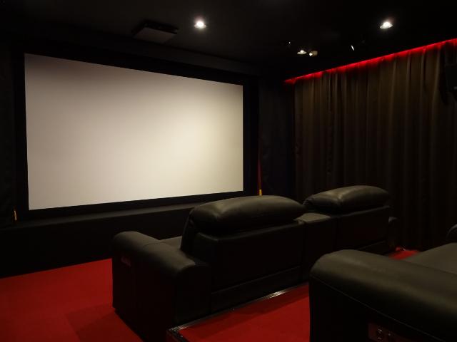 たった7000円で映画館を貸し切り! 新宿・超高層タワーマンションの1フロアにあるプライベートな映画館