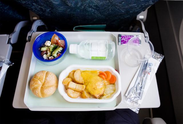 「機内食が違うけど取りかえて」は何て言う?クレーム上手な英会話【飛行機編】