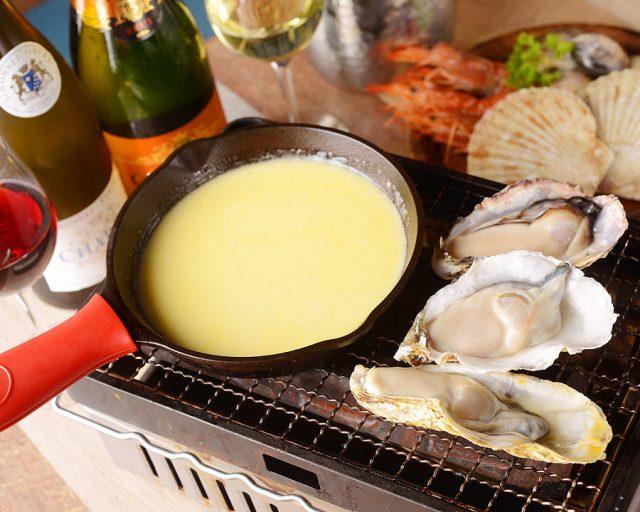 新鮮な海の幸が食べ放題!カキ・ホタテ・エビ・イカを濃厚チーズにからめて食べる「海鮮浜焼きチーズフォンデュ」が贅沢!