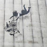 世界が騒然!覆面アーティストBanksyが仕掛けた「破壊の芸術」