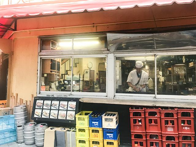 煙に誘われ…庶民的な居酒屋「鳥竹」で食べる絶品やき鳥丼