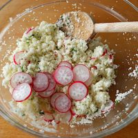 ラディッシュとパセリを加えたシンプルなカリフラワーサラダ