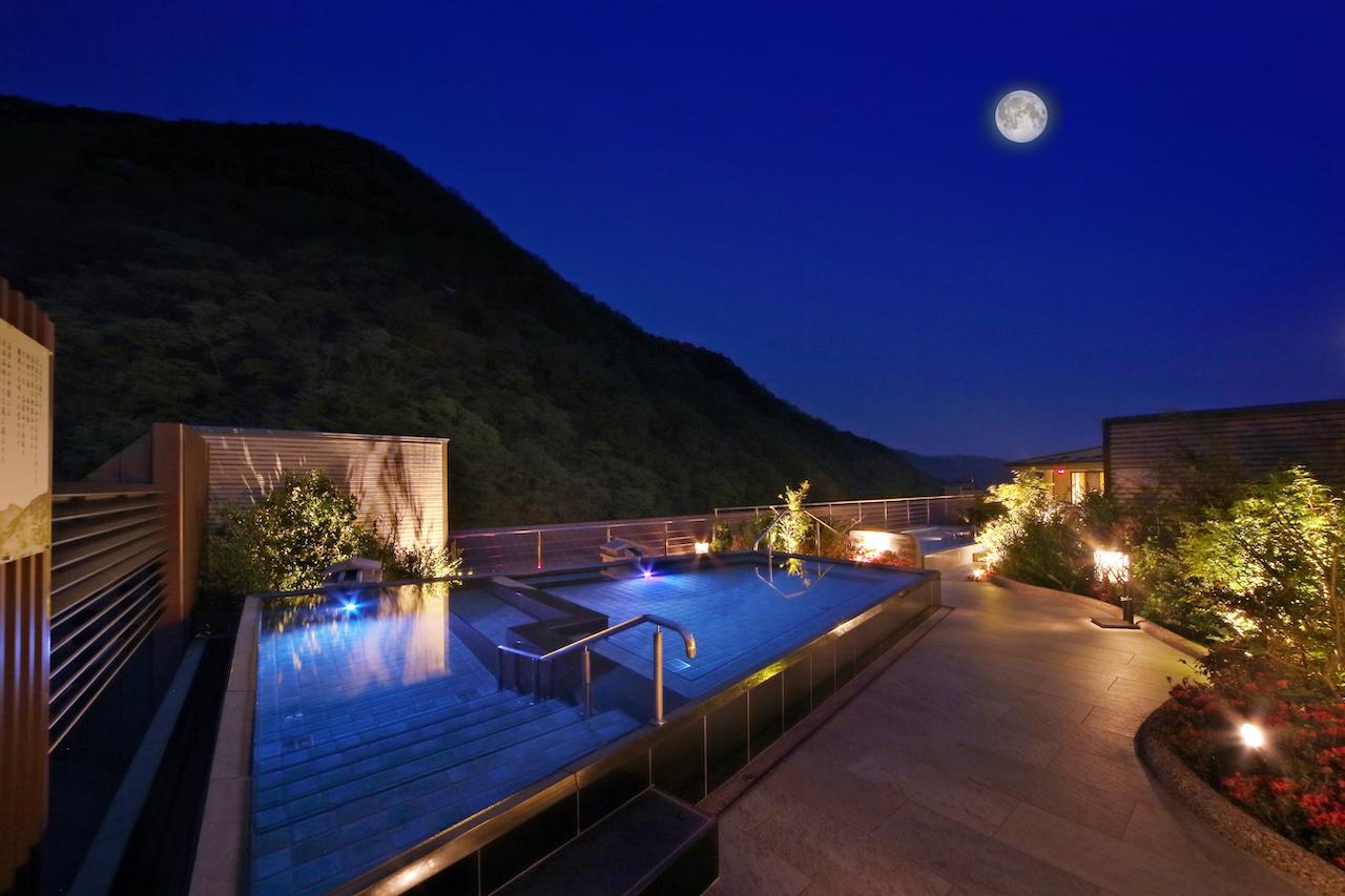 あさやホテル 空中庭園露天風呂 夜の風景