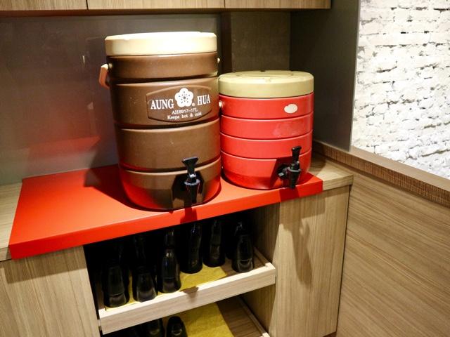 台北 シンガポール料理店「文慶鶏」お茶のサービス
