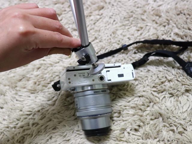 ダイソー 100円ショップ 三脚 カメラに設置1