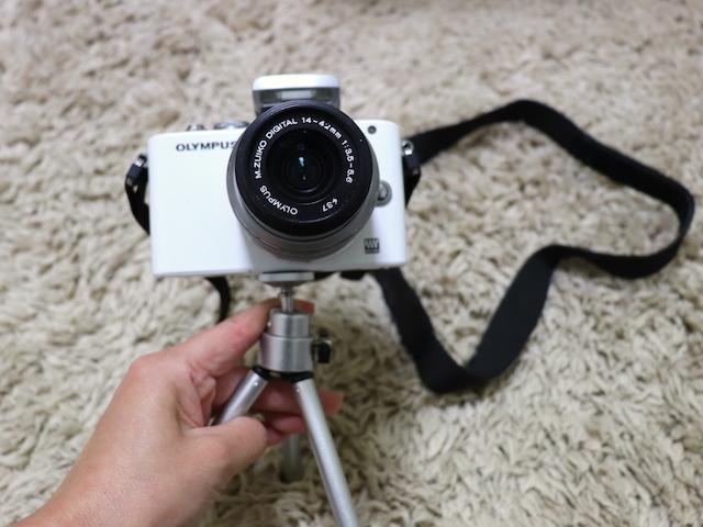 ダイソー 100円ショップ 三脚 カメラに設置2