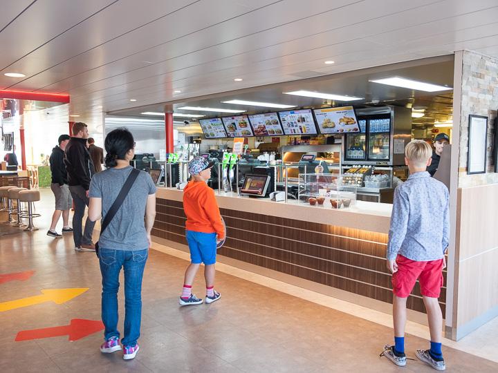ヘルシンキのフェリー ハンバーガーショップ
