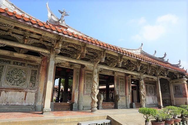 鹿港一の名刹・龍山寺 美しく刻まれた木の彫刻