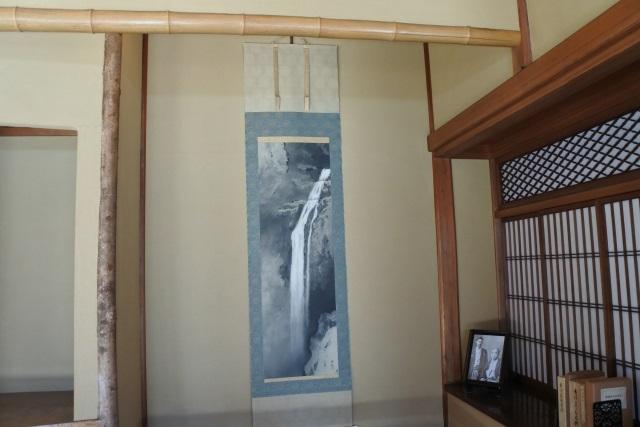 横山大観作の掛軸「飛泉」
