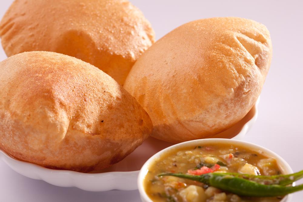カレーと揚げパン「プーリ・アロー」