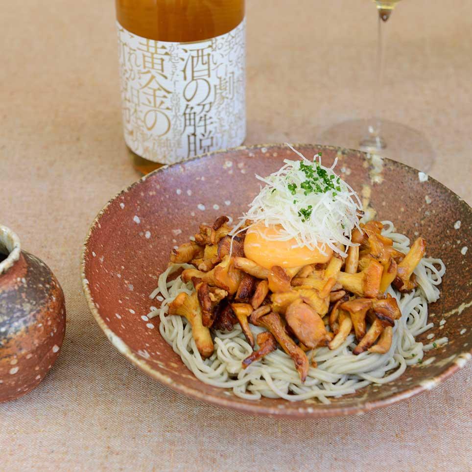 ソテーしたジロール茸と冷たい蕎麦