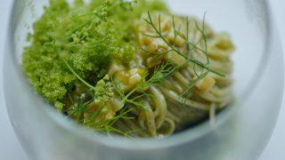 伊勢湾産あおさと昆布を練り込んだ海藻麺と鮑の肝で作ったソース