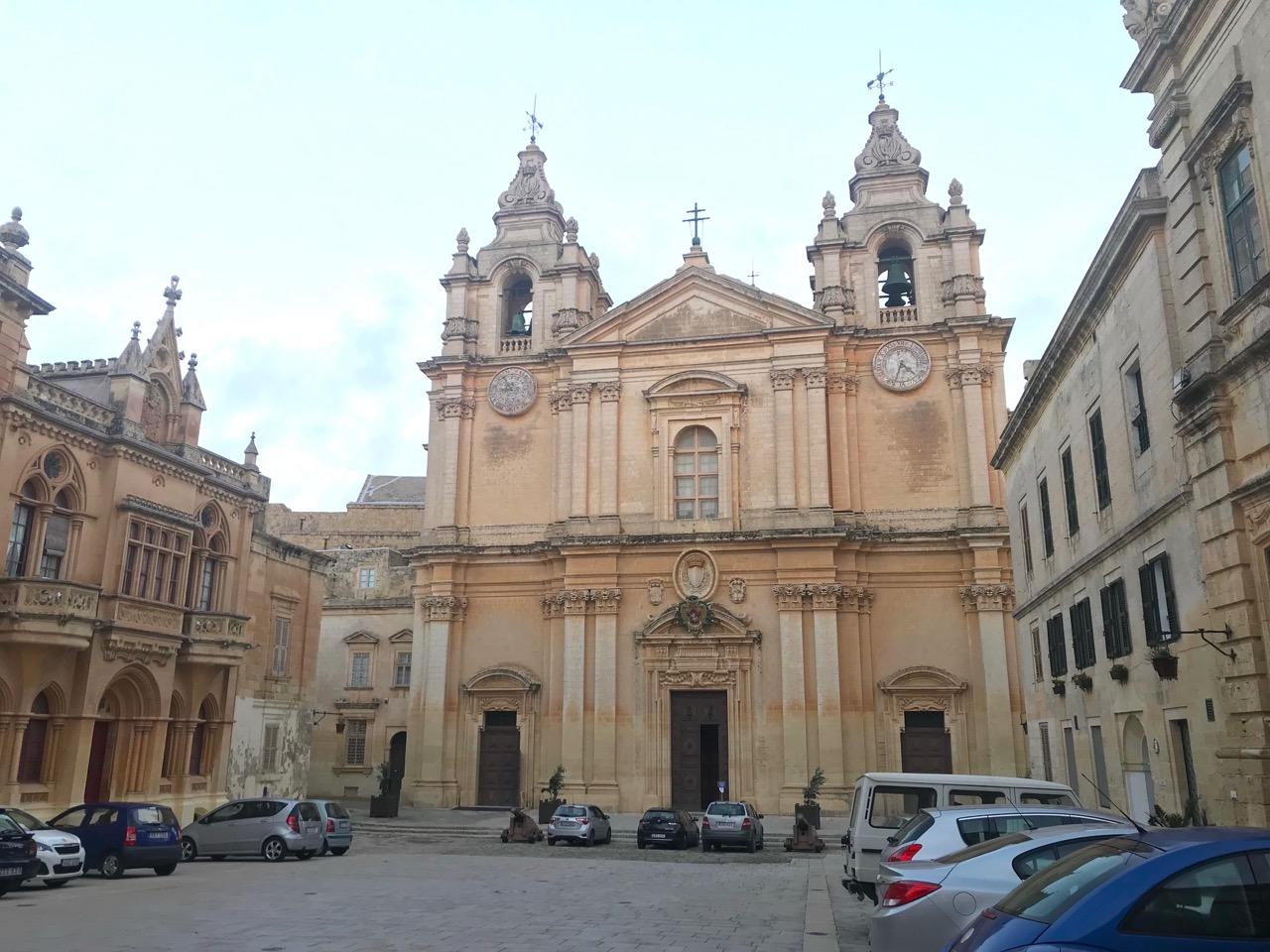 町の中央部に位置する聖パウロ大聖堂