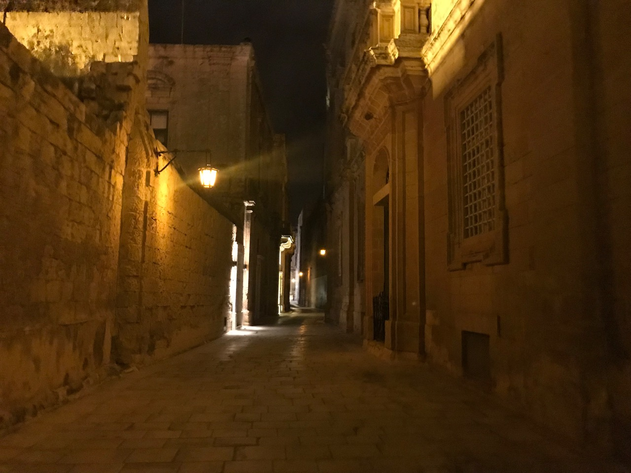 イムディーナの夜の町並み