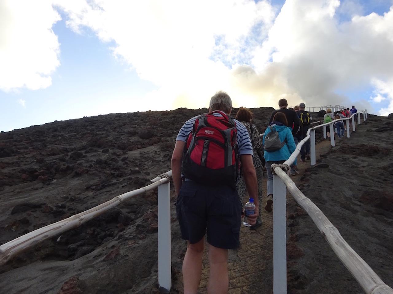 火山へ向かう道