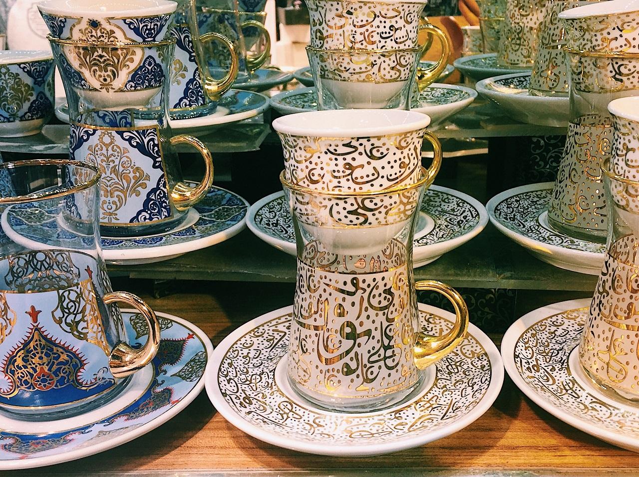 トルココーヒーのカップとセットのチャイグラス