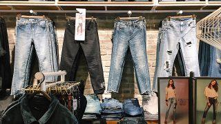 mavi 店内のジーンズ